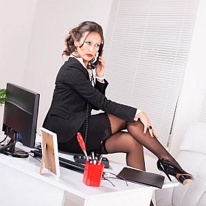 allzu sexy gekleidete Businessfrau (c) milanmarkovic78, fotolia.com